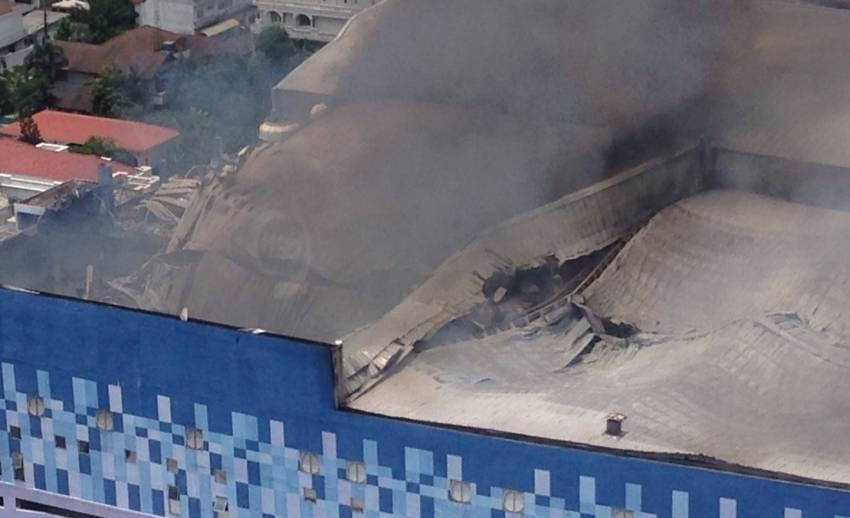 จนท.ดับเพลิงหนีตายวุ่น อาคารเมเจอร์เริ่มถล่ม หลังฉีดน้ำสกัดไฟ