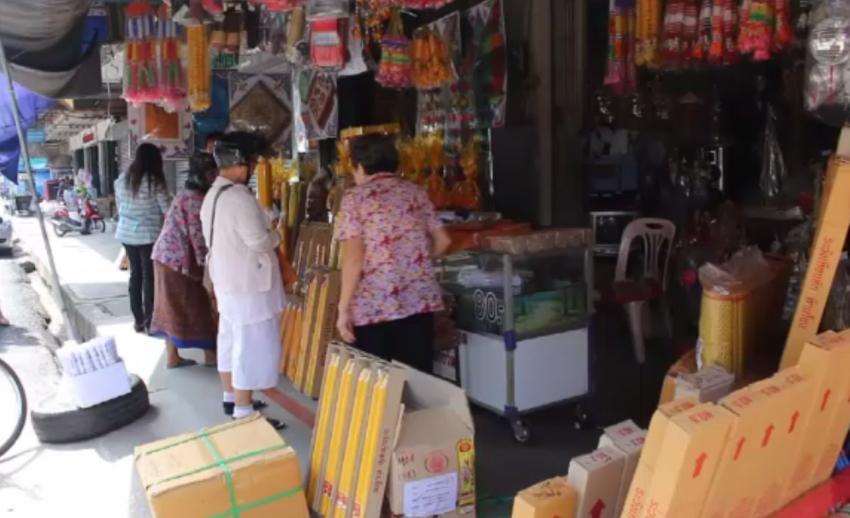 ภาวะเศรษฐกิจซบเซา ประชาชนลดจำนวนซื้อเครื่องสังฆภัณฑ์-เทียนพรรษา