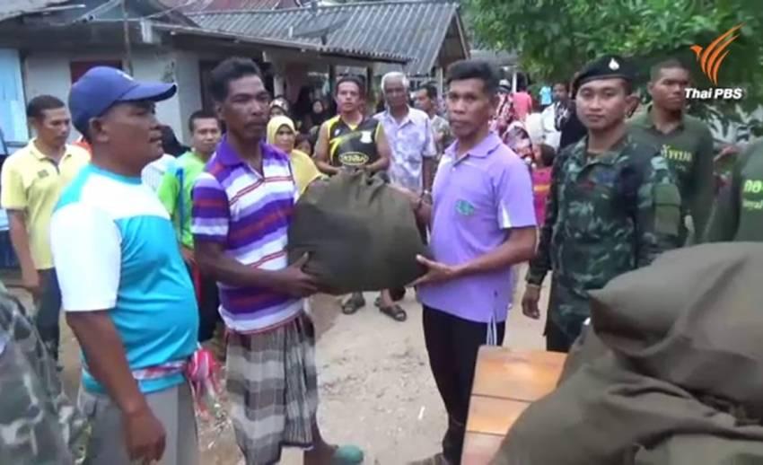 น้ำป่าหลาก-โคลนถล่มบ้าน ปชช. บนเกาะลิบงเริ่มคลี่คลาย ทหารเร่งช่วยเหลือ