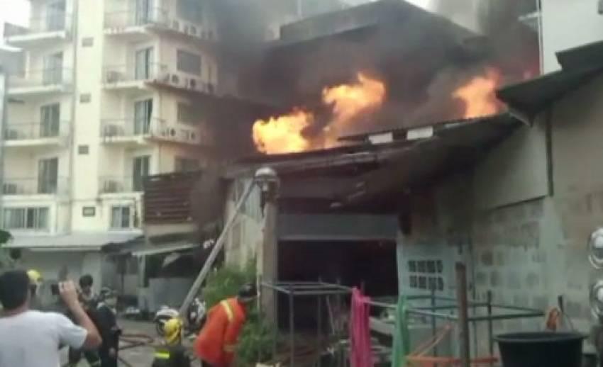 ไฟไหม้อาคารพาณิชย์ย่านพัทยาใต้ จ.ชลบุรี - จนท.เร่งคุมเพลิง