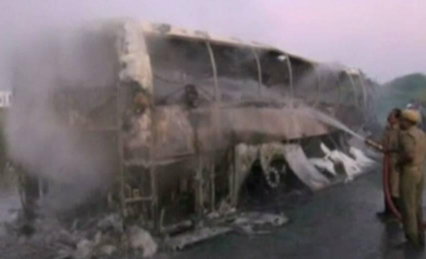 รถโดยสารในอินเดียพุ่งชนเกาะกลางถนนไฟลุกท่วม ปชช.เสียชีวิตกว่า 40 คน