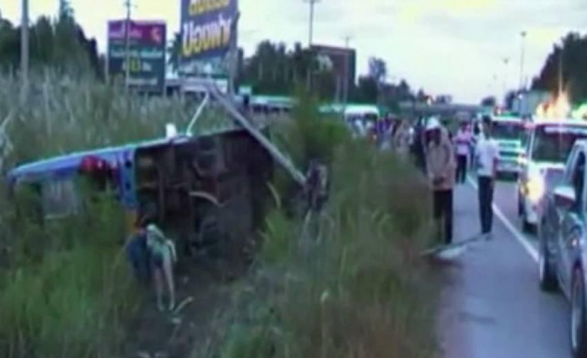 เกิดเหตุรถบัสนักท่องเที่ยวพุ่งชนเสาไฟฟ้า อ.ศรีราชา จ.ชลบุรี เจ็บ 13 คน
