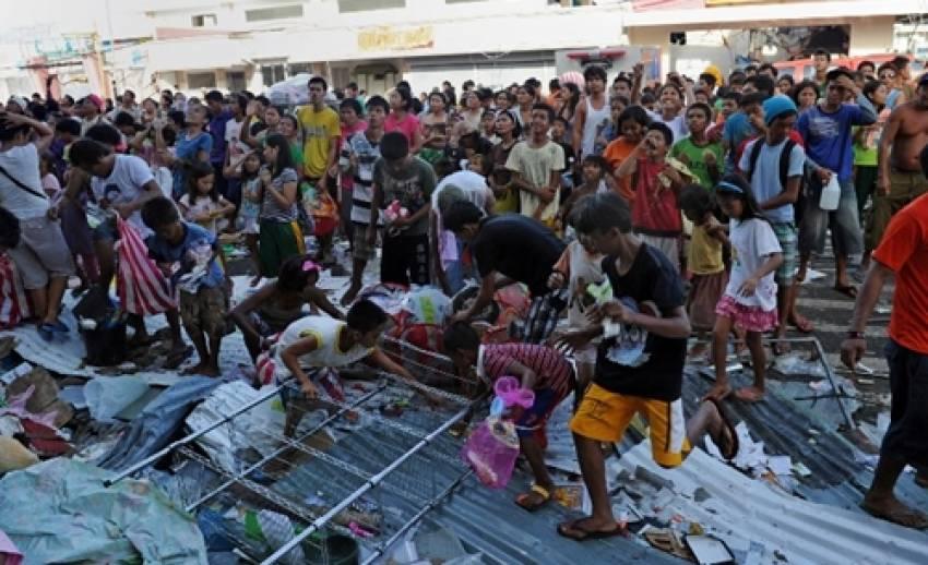 """ความช่วยเหลือ""""ผู้ประสบภัย""""ใน""""ฟิลิปปินส์"""" ยังล่าช้า"""