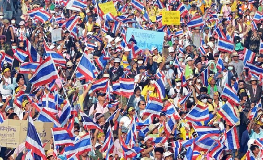 """ผบ.ทบ.ห่วงเหตุชุมนุมในประเทศ ยัน """"การปฏิวัติ"""" ไม่ใช่ทางแก้ปัญหา"""