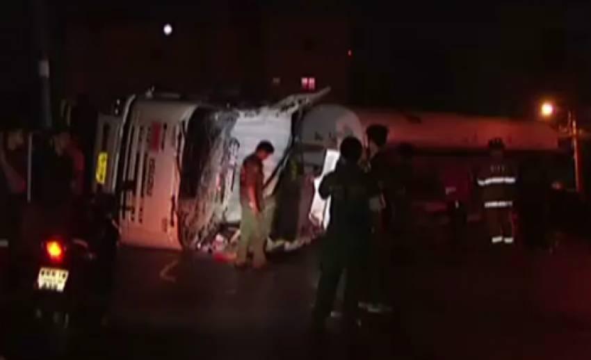 เกิดอุบัติเหตุรถบรรทุกน้ำมันปาล์มพลิกค่ำบนถนนพหลโยธินขาออก
