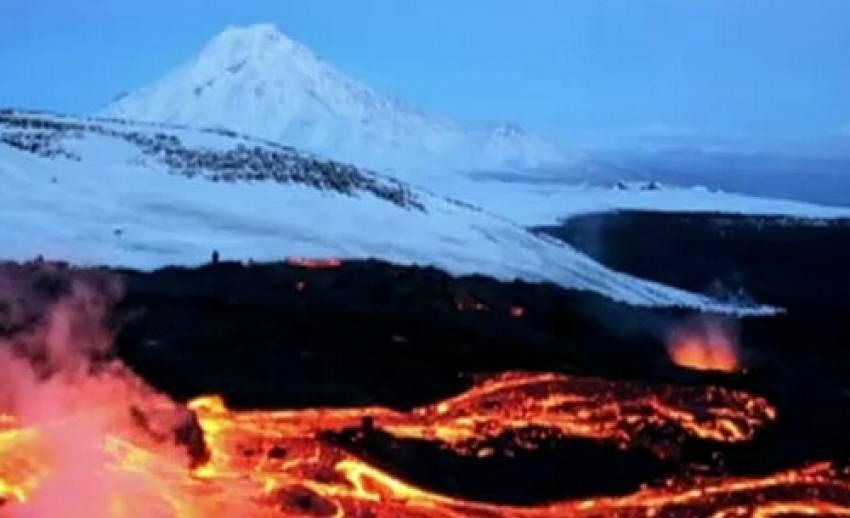 ภูเขาไฟปะทุท่ามกลางหิมะที่ปกคลุม ในรัสเซีย