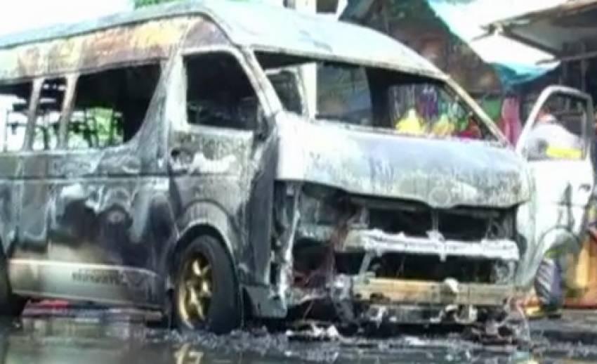ไฟไหม้รถตู้โดยสาร ขณะจอดริมถนนที่ปทุมธานี ไร้เจ็บ