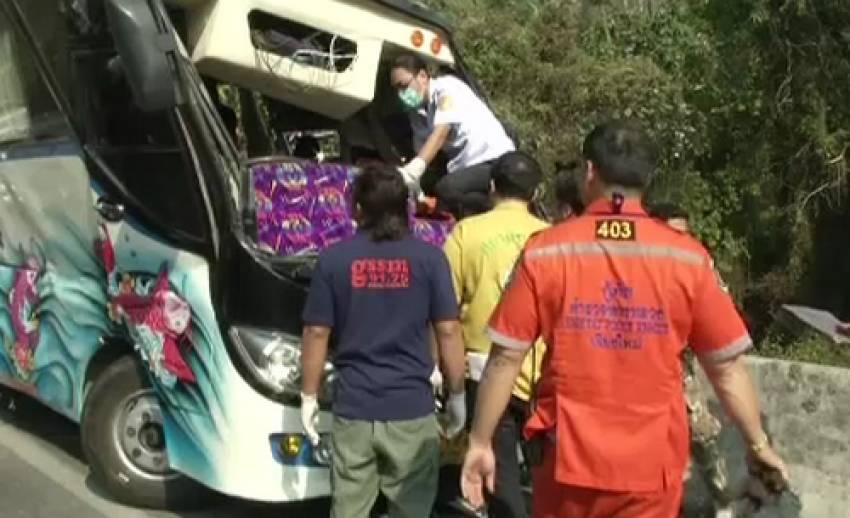 อุบัติเหตุรถทัวร์นำเที่ยวพลิกคว่ำที่ จ.เชียงราย เสียชีวิต 2 เจ็บ 15 คาดระบบเบรกขัดข้อง