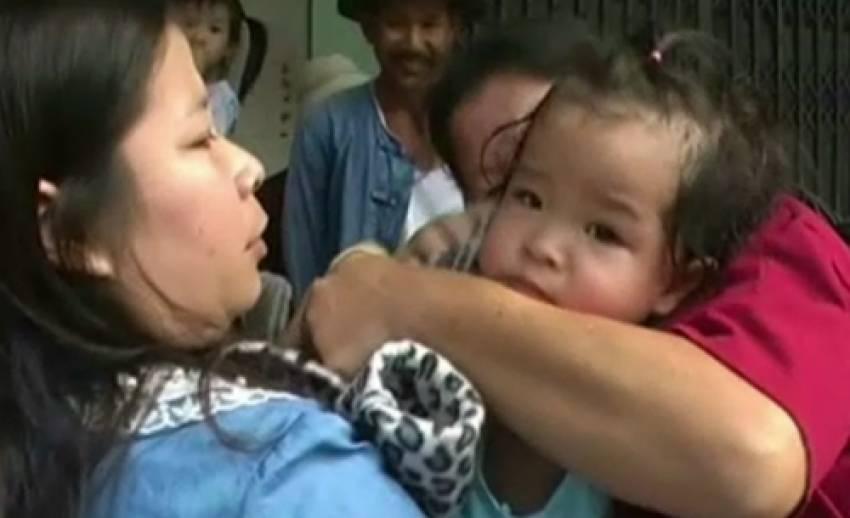 เกิดเหตุเด็กวัยขวบครึ่งติดอยู่ในรถยนต์นานกว่า 20 นาที ก่อนช่วยเหลือออกมาได้