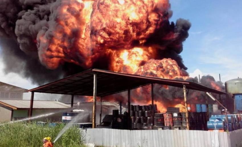 """เพลิงไหม้โกดัง """"น้ำมัน-ทินเนอร์"""" เทพารักษ์ กม.19 เสียงระเบิด ทำอลหม่านชาวบ้านอพยพ หนีตาย"""