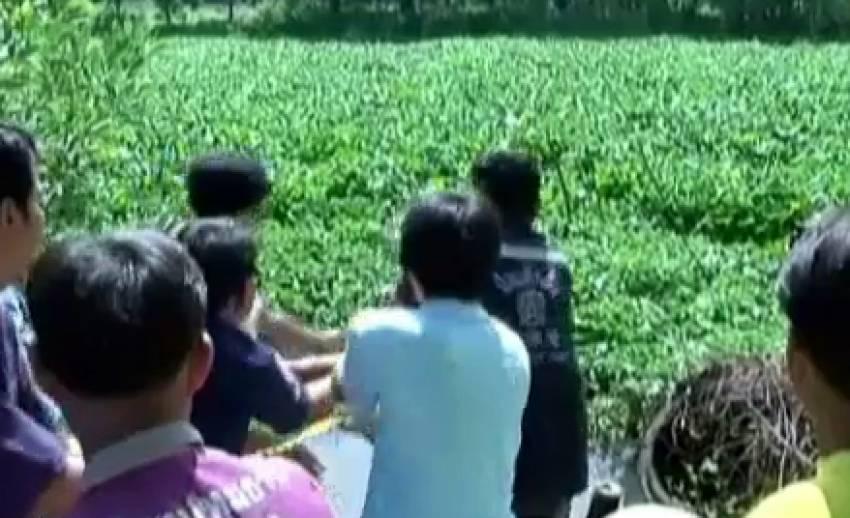 เจ้าหน้าที่กู้ภัยปทุมธานีช่วยเหลือเรือชาวบ้านติดกอผักตบชวา