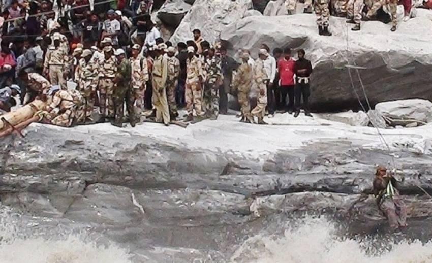 เจ้าหน้าที่กู้ภัยอินเดียเร่งเดินเท้าช่วยผู้ประสบภัยสึนามิเทือกเขาหิมาลัย