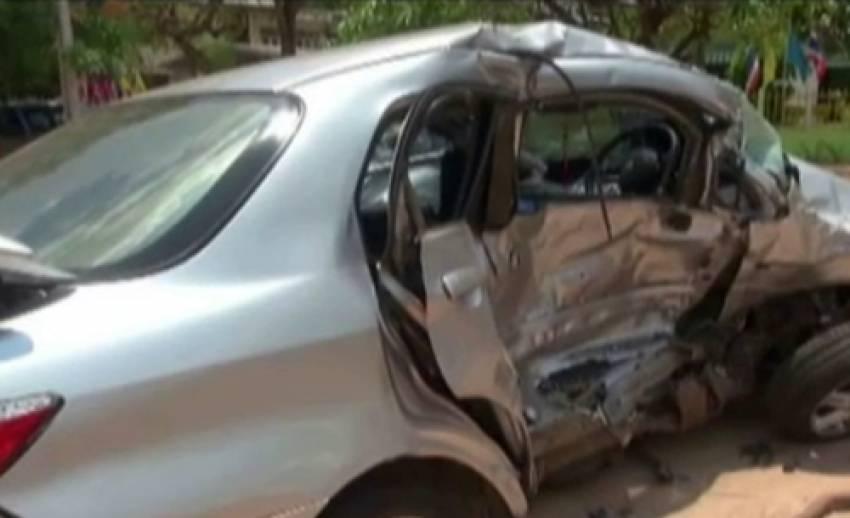 รถยนต์ลอบขนไม้พะยูงขับฝ่าด่าน ก่อนชนรถเก๋ง ในจ.อำนาจเจริญ ทำให้มีผู้เสียชีวิต 5 ราย