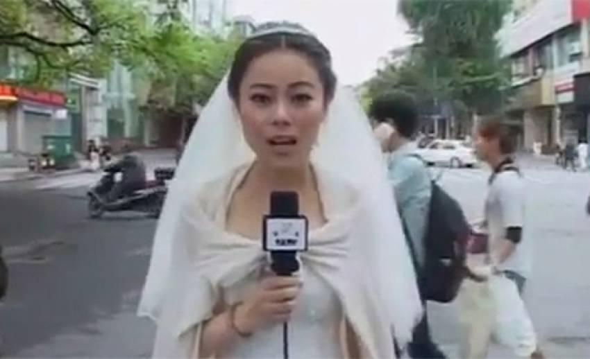 """โลกออนไลน์ยกย่อง """"นักข่าวจีน"""" รายงานข่าวแผ่นดินไหวในชุดเจ้าสาว"""