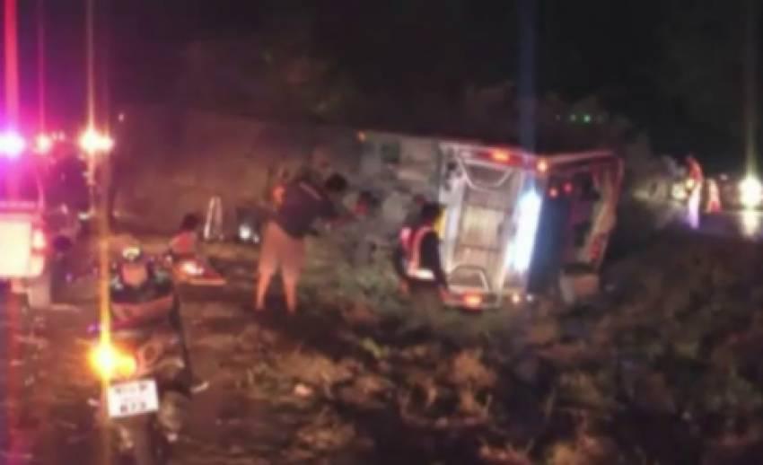 รถทัวร์ชนต้นไม้กลางถนน จ.ประจวบฯ เด็ก 5 ขวบ เสียชีวิต