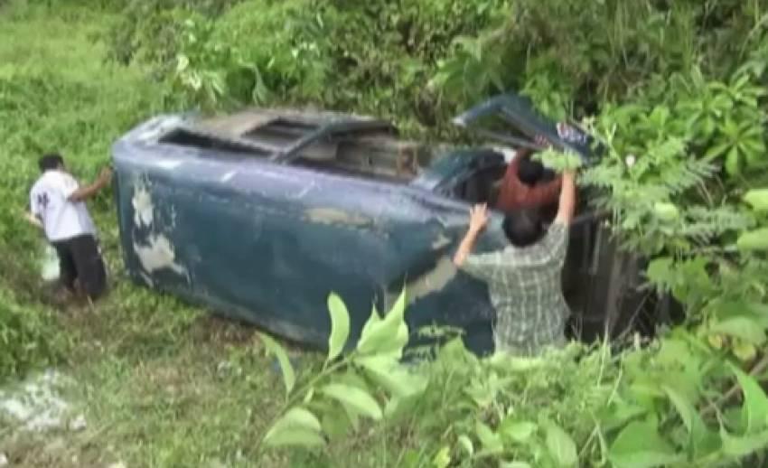 รถตู้นักเรียนจ.นครศรีธรรมราช ล้อหลุดพุ่งลงข้างทาง บาดเจ็บ 20 คน