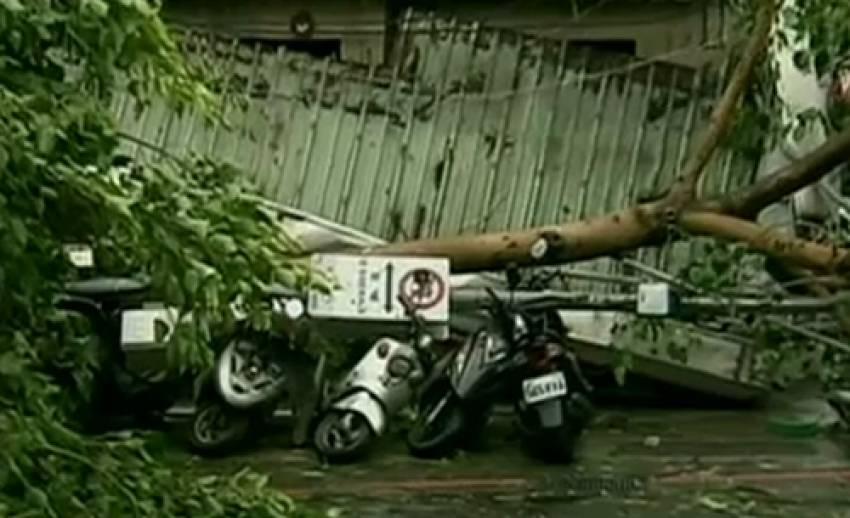 """พายุไต้ฝุ่น """"ซูลิค"""" ถล่มไต้หวัน ทำให้มีผู้เสียชีวิต 1 คน"""