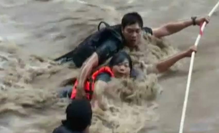 เจ้าหน้าที่กู้ภัยช่วยนักท่องเที่ยวน้ำตก จ.เพชรบูรณ์