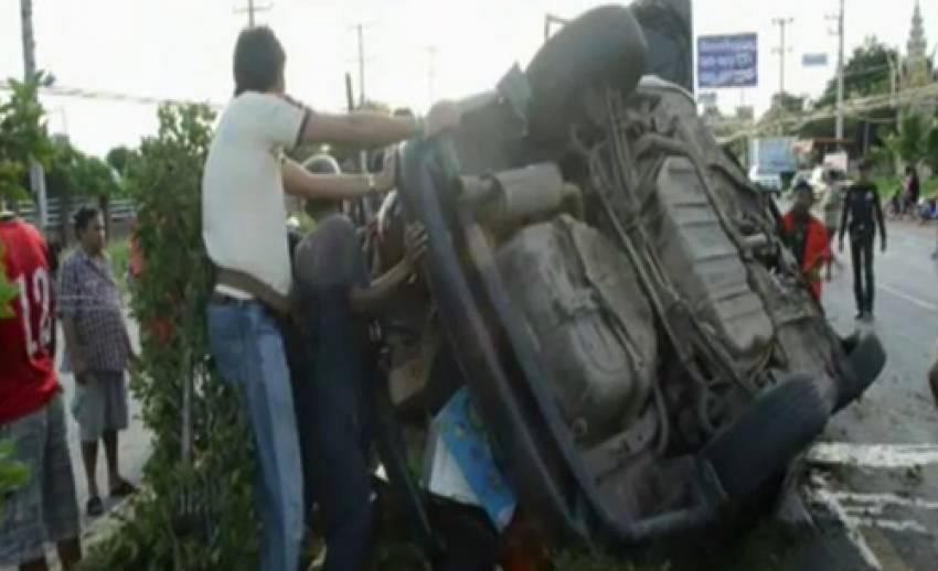รถนักเรียนกศน.นนทบุรี ชนเกาะกลางถนนเพชรเกษม จ.เพชรบุรี มีผู้เสียชีวิต 2 คน