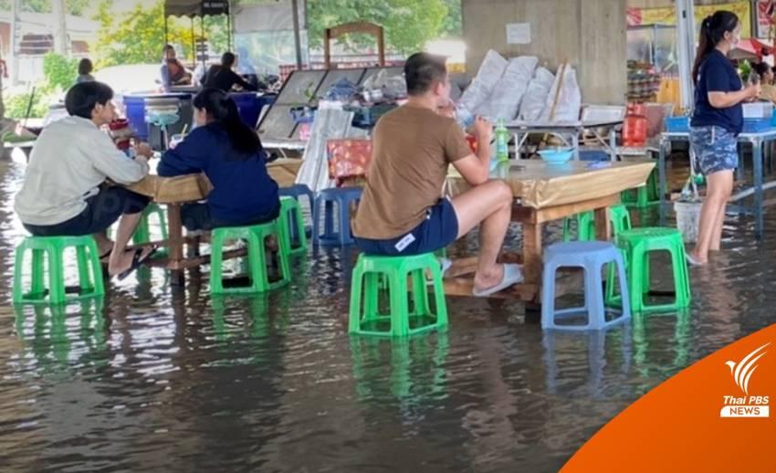 """""""ก๋วยเตี๋ยวแช่น้ำ"""" พลิกวิกฤตน้ำท่วมริมเจ้าพระยา"""