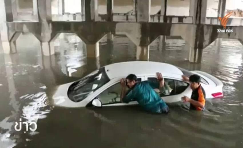 จนท.ช่วยคนขับรถเก๋งจมน้ำขณะฝนตกหนัก จ. เพชรบุรี