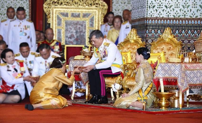 ประมวลภาพ พระราชพิธีเฉลิมพระปรมาภิไธย พระนามาภิไธย และสถาปนาพระฐานันดรศักดิ์พระบรมวงศ์