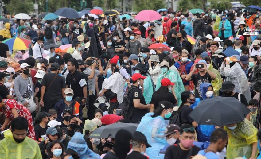 ประชาชนทยอยเดินทางมาร่วมชุมนุมที่ท้องสนามหลวง