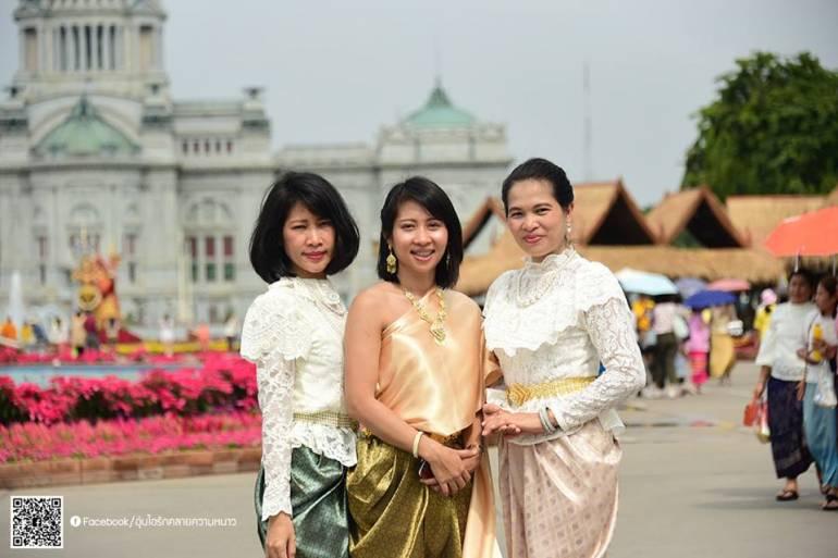 ประชาชนแต่งชุดไทยเที่ยวงานอุ่นไอรัก ครั้งที่ 2  ภาพ : จากเฟซบุ๊กอุ่นไอรัก คลายความหนาว