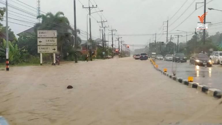 """, ฝนตกหนักน้ำท่วมทาง """"หาดใหญ่-สงขลา"""" บางจุดรถผ่านไม่ได้"""