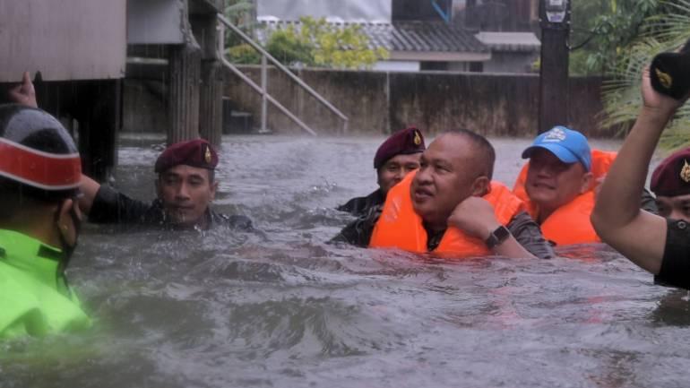 , แม่ทัพภาค 4 นำกำลังเร่งช่วยน้ำท่วมนครศรีฯ