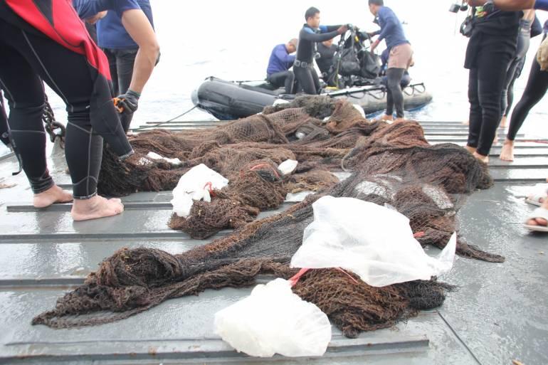 , ศรชล.ภาค 2 เร่งรื้อซากอวนคลุมปะการังเกาะโลซิน