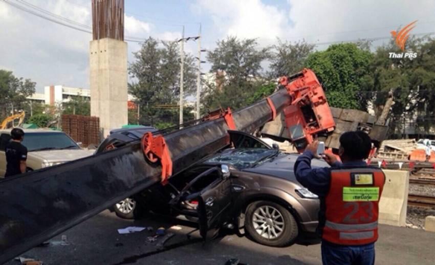 เกิดเหตุเครนก่อสร้างล้มทับรถยนต์ใกล้สถานีรถไฟดอนเมือง เจ็บ 1 คน