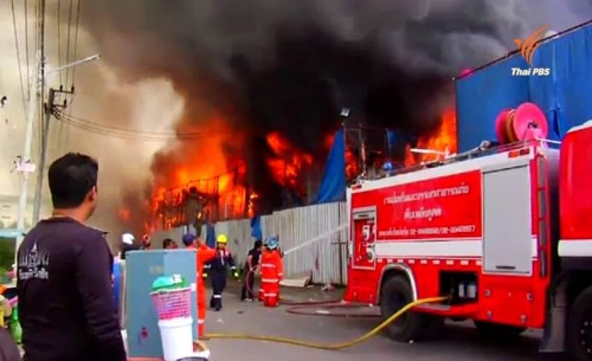ไฟไหม้แคมป์คนงานก่อสร้างคอนโดฯปทุมธานี เบื้องต้นมีผู้ได้รับบาดเจ็บ 5 คน