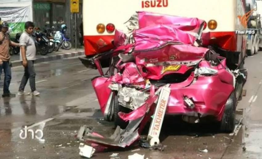 รถโม่ปูนเบรคแตกชนท้ายแท็กซี่อัดก็อปปี้รถเมล์หน้าตึกช้าง คนขับบาดเจ็บ