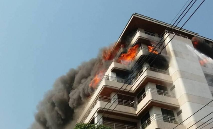 ด่วน! เพลิงผลาญอาคารสูงในซอยนราธิวาส 18 เบื้องต้นเสียชีวิตแล้ว 3 คน ยังควบคุมเพลิงไม่ได้