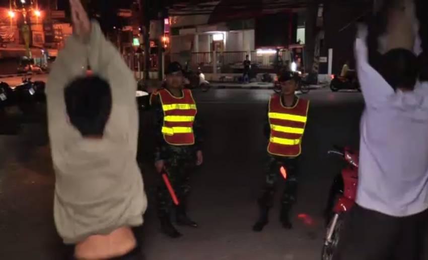 ตร.ราชบุรี กวดขันวินัยจราจร ลงโทษวัยรุ่นกระโดดตบ 100 ครั้ง เหตุไม่พกใบขับขี่