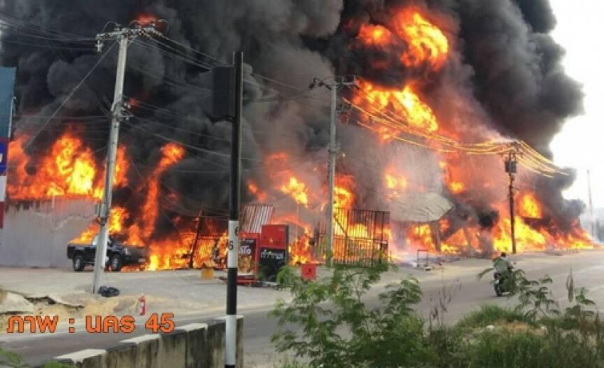 """เหตุเพลิงไหม้ """"ร้านขายยาง"""" เขตภาษีเจริญ เสียชีวิต 1 อาสาช่วยดับไฟตกหลังคาเจ็บ 1"""