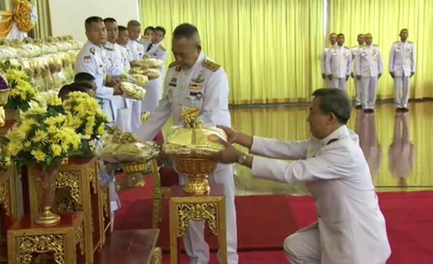 """สมเด็จพระบรมฯ พระราชทานเสื้อ """"Bike for Dad"""" ให้คนไทยในต่างประเทศ-ตร.ซ้อมแผนปฏิบัติการ 22 พ.ย."""