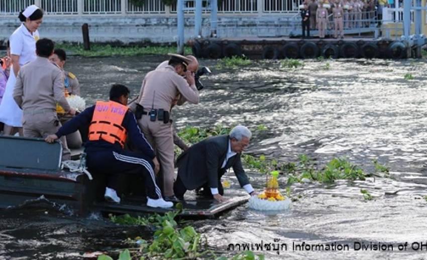 """""""ในหลวง-ราชินี"""" โปรดเกล้าฯ ให้เชิญพระประทีปไปลอยในแม่น้ำเจ้าพระยา"""