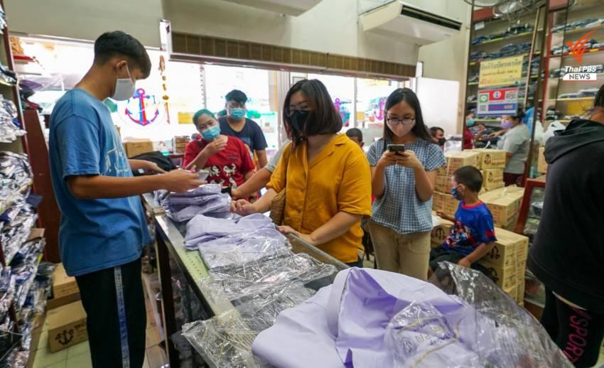 ร้านขายชุดนักเรียน ย่านบางลำพู คึกคัก มีผู้ปกครองและนักเรียนไปซื้อชุดนักเรียนใหม่จำนวนมาก